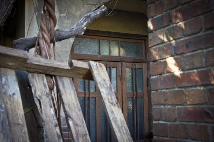janggundong hill house door