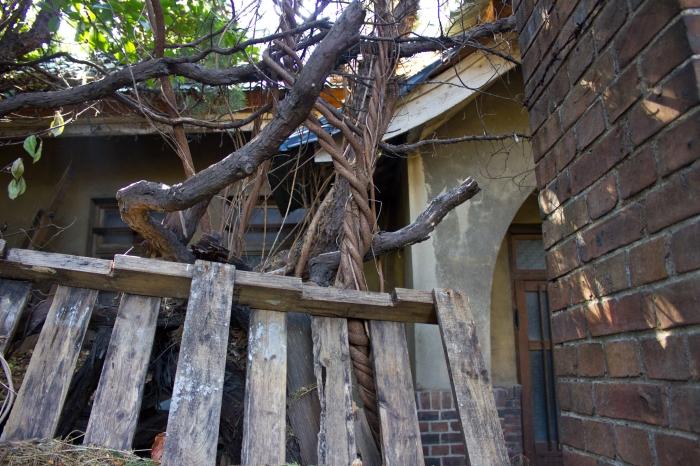 janggundong hill house entry