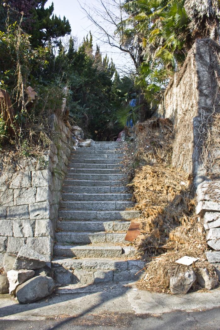 janggundomg hill houses steps