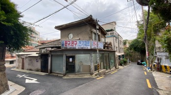 Figure 36. A modern Japanese home that has seen heavy use over the years, in Seodaemun-gu, Seoul. Undated. Source: Courtesy of Ryan Berkebile, 2020.