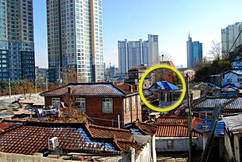 Figure 34. A wide view of the Singye-dong neighborhood in Seoul, which housed many Japanese residents during the colonial period and had a number of modern housing types. The house circled in yellow appears to have been a remaining culture house design. This neighborhood was demolished around 2007-2008 to make way for new apartment blocks. Source: Courtesy of Robert Koehler, 2007.
