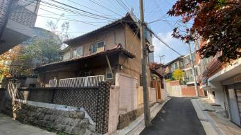 Figure 37. Another modern Japanese home that has seen heavy use over the years, in Seodaemun-gu, Seoul. Undated. Source: Courtesy of Ryan Berkebile, 2020