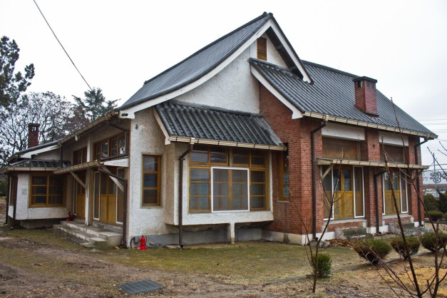 Figure 20. The former residence of the principal of Ganggyeong Commercial School, built in 1931, demonstrates many of the ideas found in culture house design and housing reform thought at the time. Pop-out bay windows and enclosable voids featured here were typical in modern Japanese housing. Located in Ganggyeong-eup, Korea. The interior of the home is generally closed to the public. Source: Photographed by Nate Kornegay, 2015.